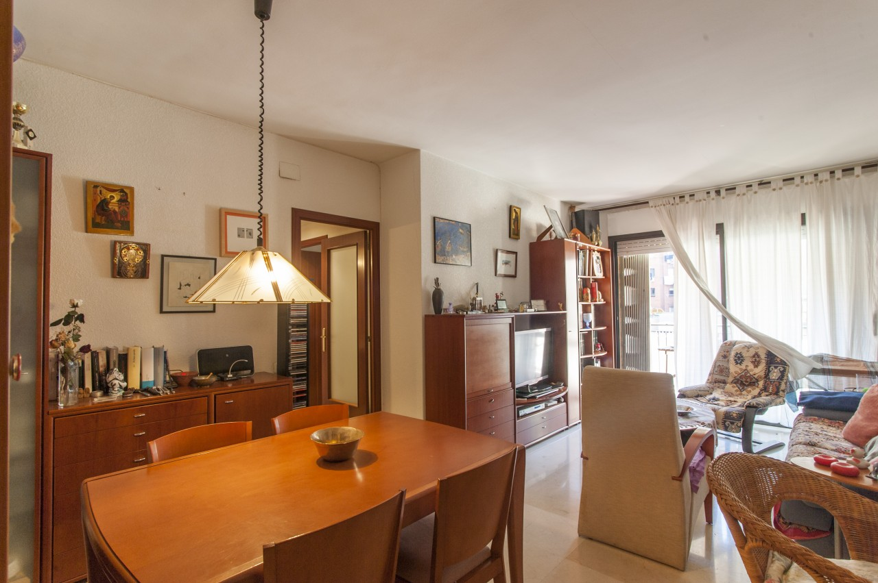 Apartment in Barcelona - eixample. Near the sea, Mountain, Terrace.4 bedrooms. For sale: 455.000 €.