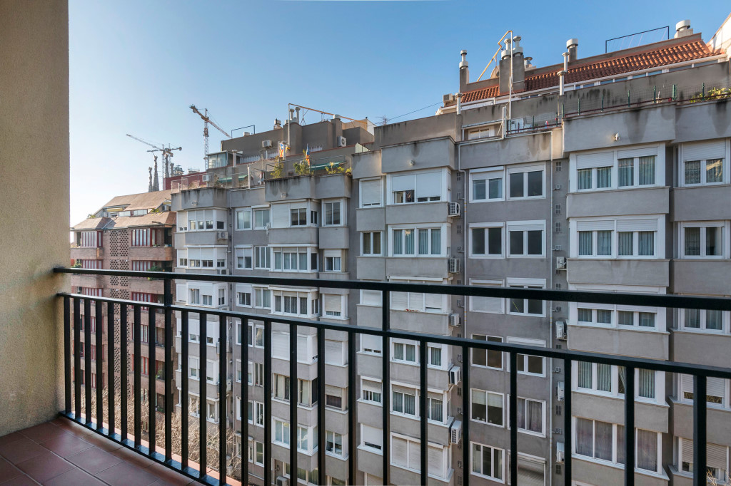 Apartment in Barcelona - eixample. Balcony.3 bedrooms. For sale: 295.000 €.