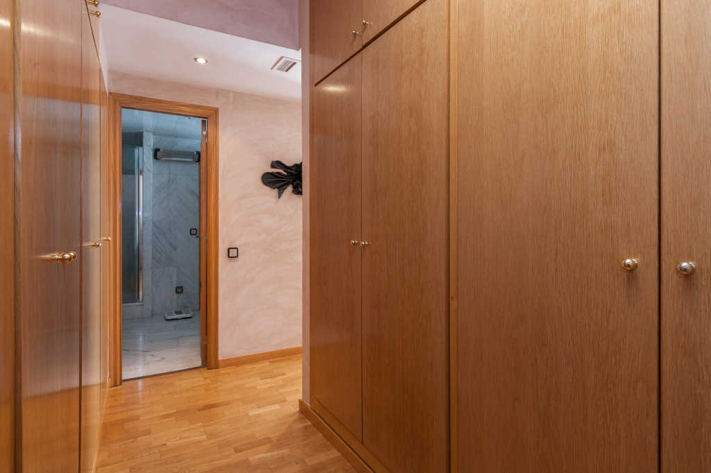 Apartment in Barcelona - eixample. Private parking, Balcony.5 bedrooms. For sale: 775.000 €.